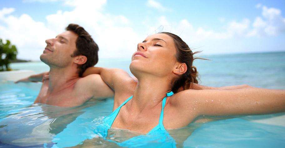 Flitterwochen La Reunion Paar relaxed im Pool