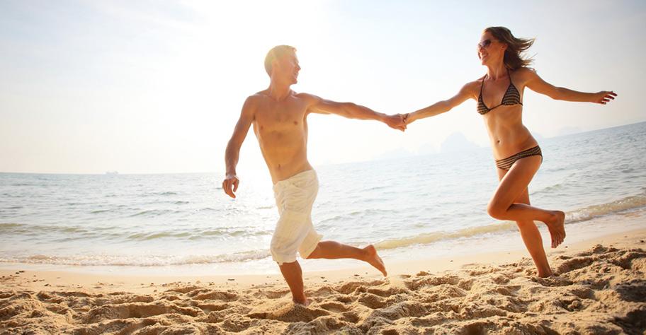 Honeymoon Paar am Strand von Mauritius