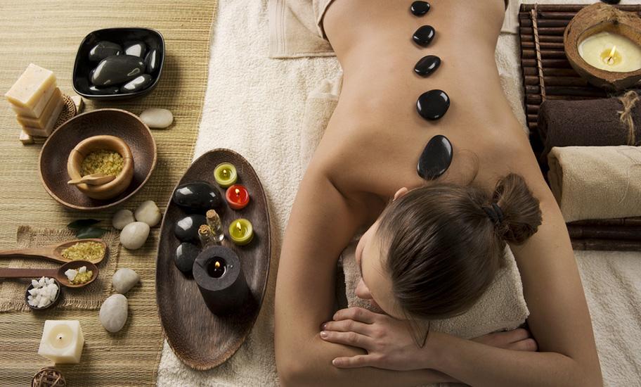 Mauritius Wellness Frau geniesst Stone Massage auf Liege